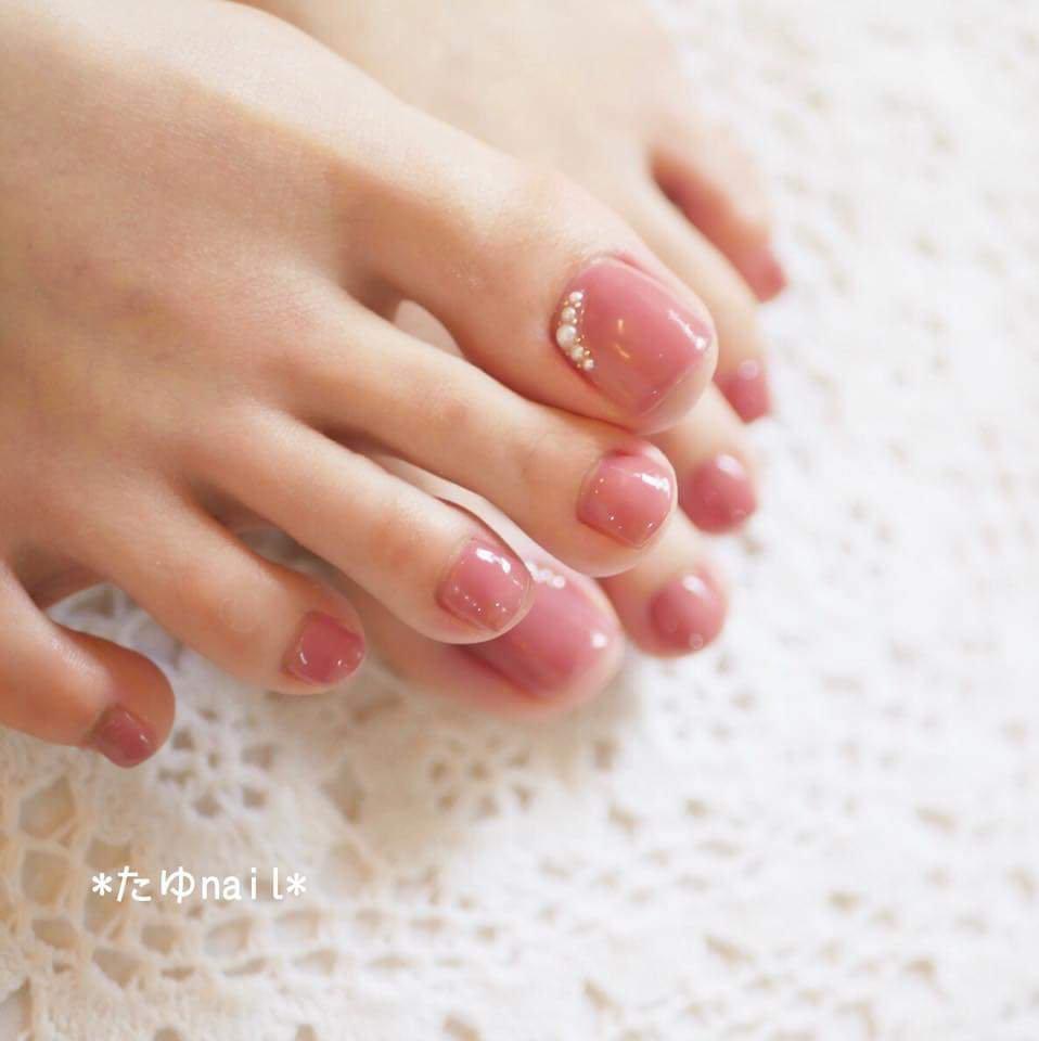 大人気のパラジェル新色、スパイピンク。 うるつやのくすみピンク。 フットネイルはワンカラーで 艶っぽく色っぽく仕上がります♡ パールを並べて上品に。